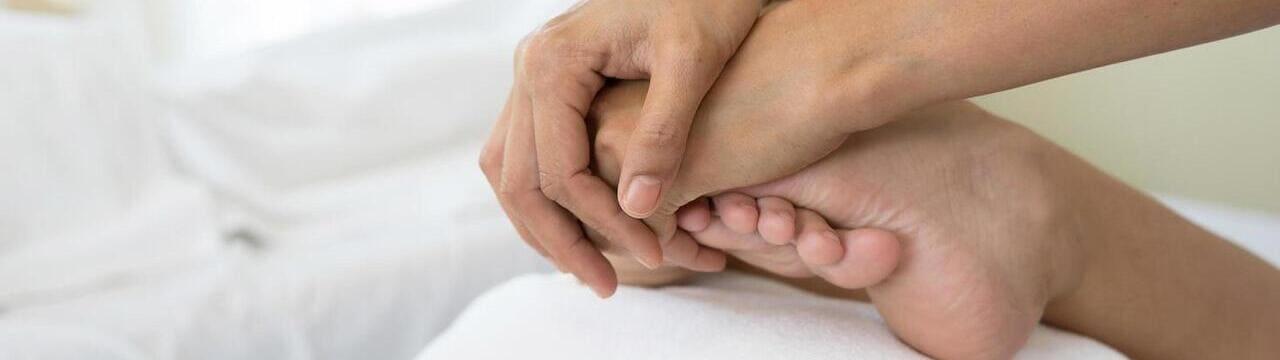 Faire massage des pieds